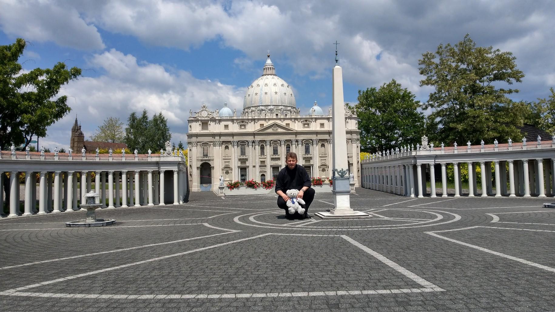 A tymczasem ksiądz zrobił sobie mały wypad do Watykanu na Plac św. Piotra.