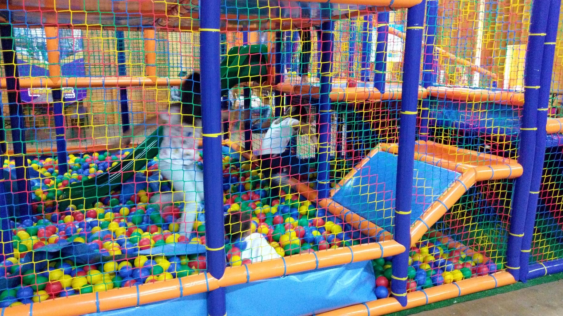 Dzieci lecą sobie w kulki... kolorowe :0